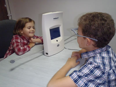 kids using a device for varilux progressive lenses