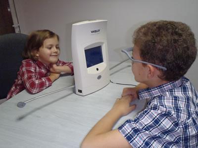 kids using a device for varilux progressive lenses